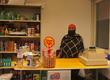 Luul hinter der Kasse in ihrem Kafiya Shop in Bern